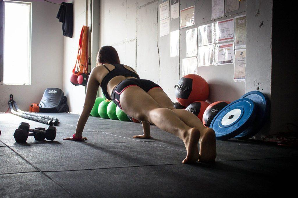 vrouw-krachttraining-gym