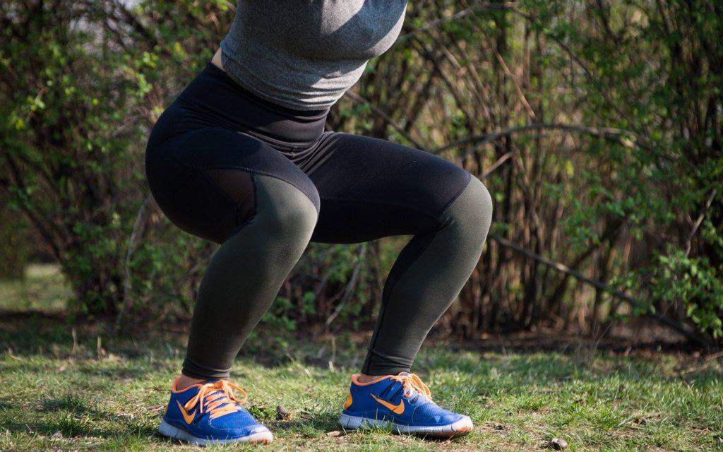 squatting compound oefening voor sterke spieren en gewrichten